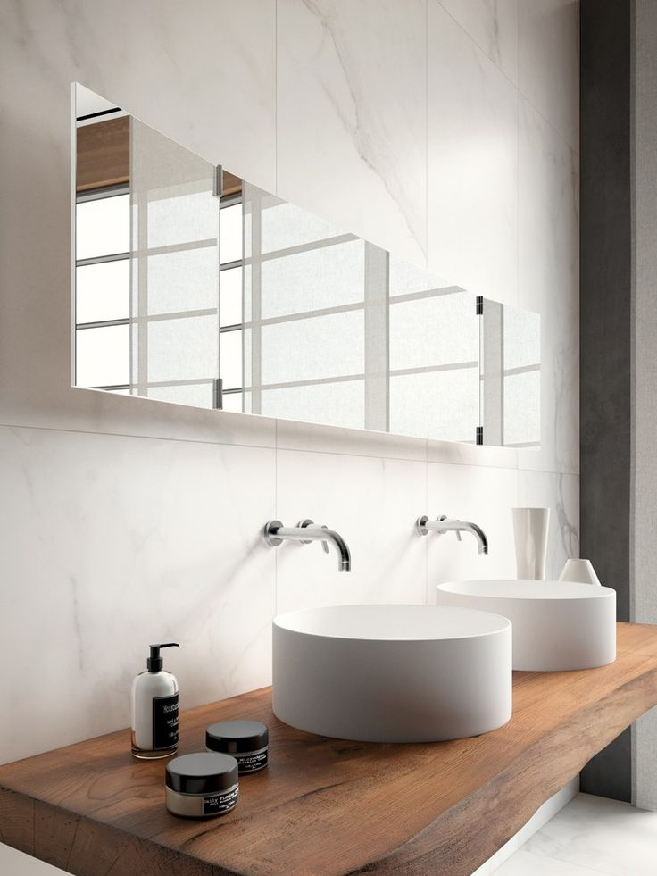 lustro ze skrzydłami na zawiasach powieszone nad minimalistycznymi umywalkami