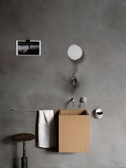 małe lustro na giętkim ramieniu zamontowanie do ściany nad umywalką