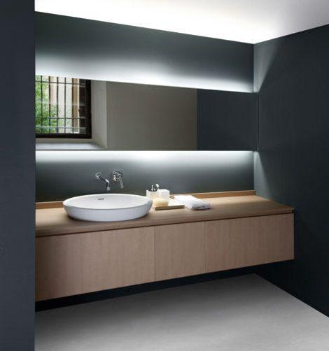 poziome lustro łazienkowe na całą ścianę w grafitowej aranżacji łazienki podświetlone ledami