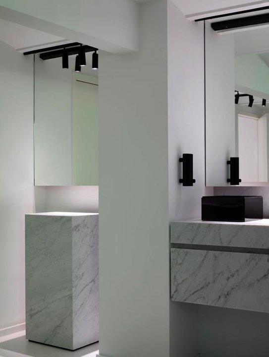 ciekawa aranżacja z lustrami łazienkowymi podświetlonymi ledami