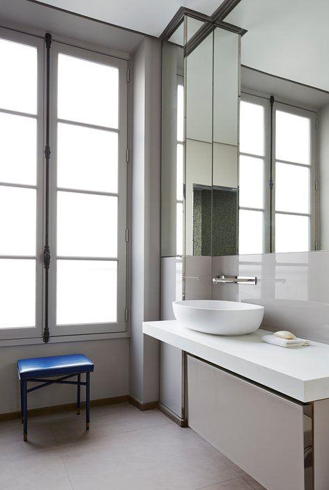 tafla lustra łazienkowego wpasowana w płytki