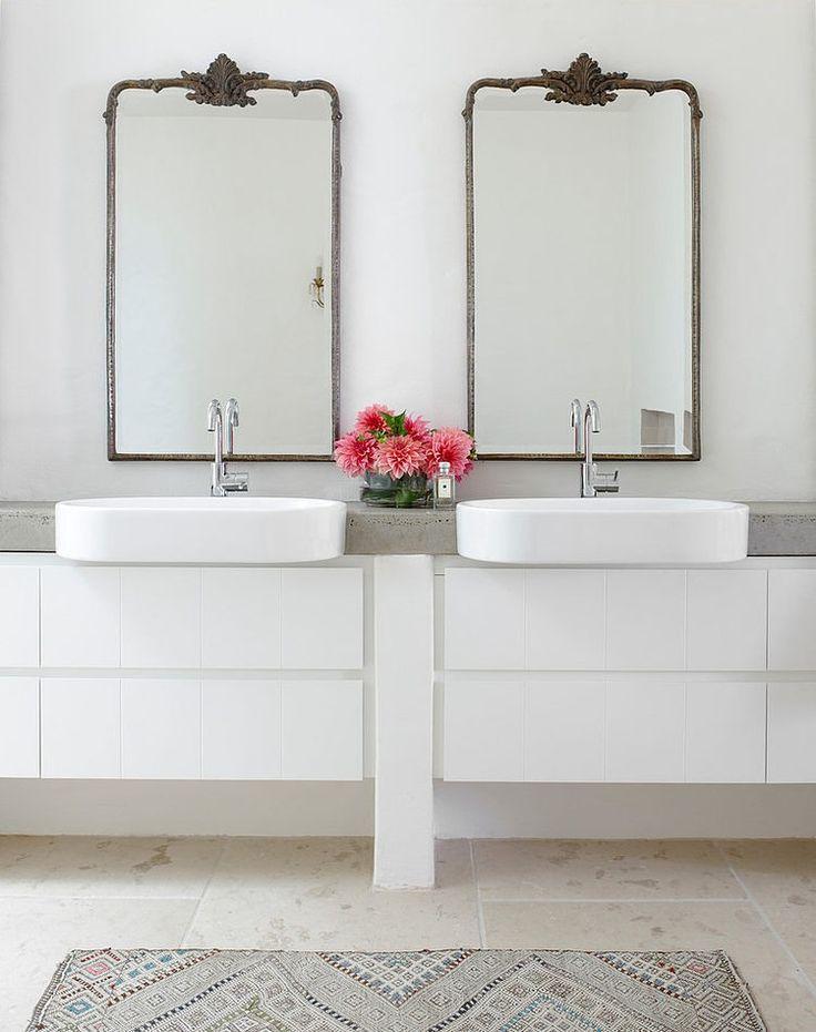dwa lustra łazienkowe w ramach wystylizowanych na stare w nowoczesnym wnętrzu