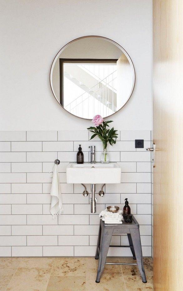 piękna jasna łazienka gdzie pomocnikiem na kosmetyki jest metalowy stołek