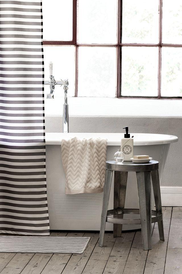 metalowy taboret jako łazienkowy pomocnik w łazience z wanną wolnostojącą