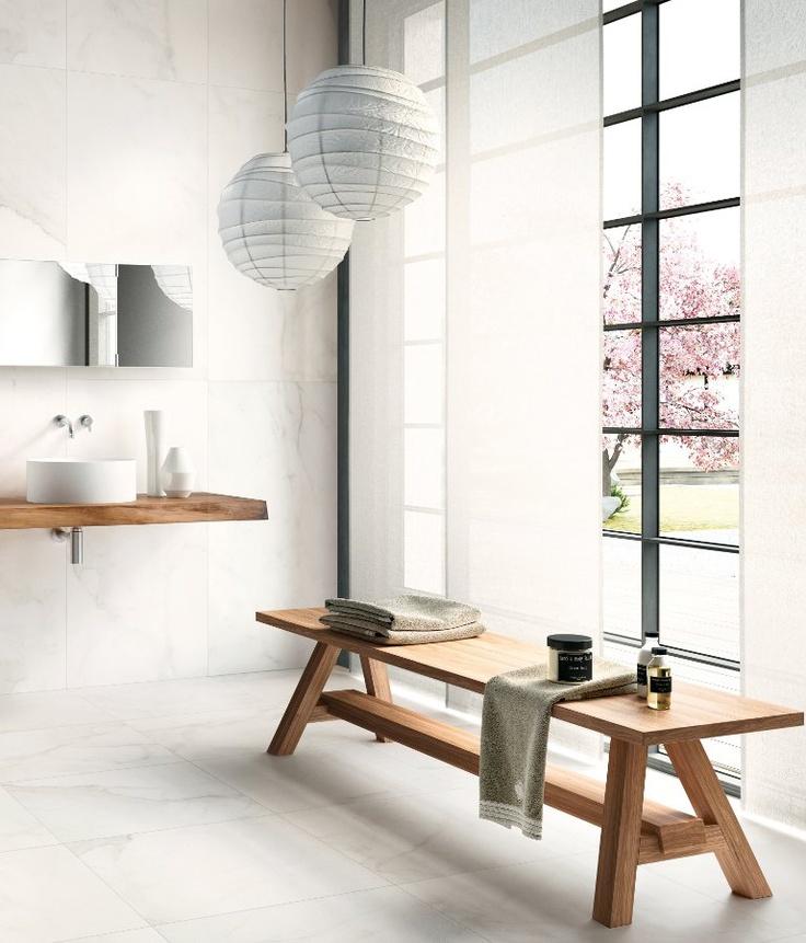 łazienka gdzie pomocnikiem stanowi drewniana ławka postawiona wzdłuż okna