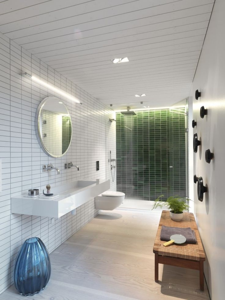ratanowy pomocnik łazienkowy nadaje lekkości i ciepła białej prostej łazience