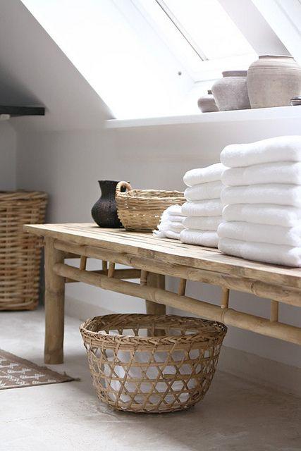 długa drewniana ława, na której leżą ręczniki