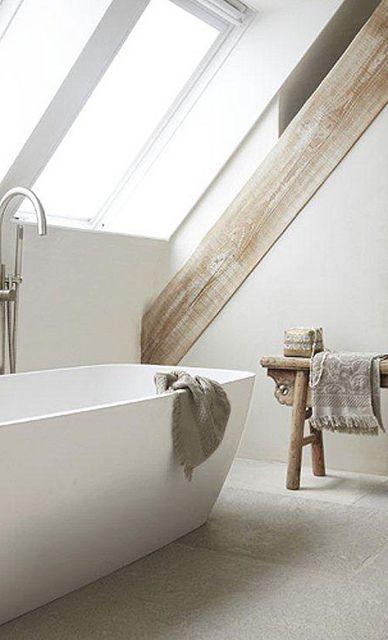 łazienka na poddaszu z pomocnikiem łazienkowym w stylu góralskiej ławy