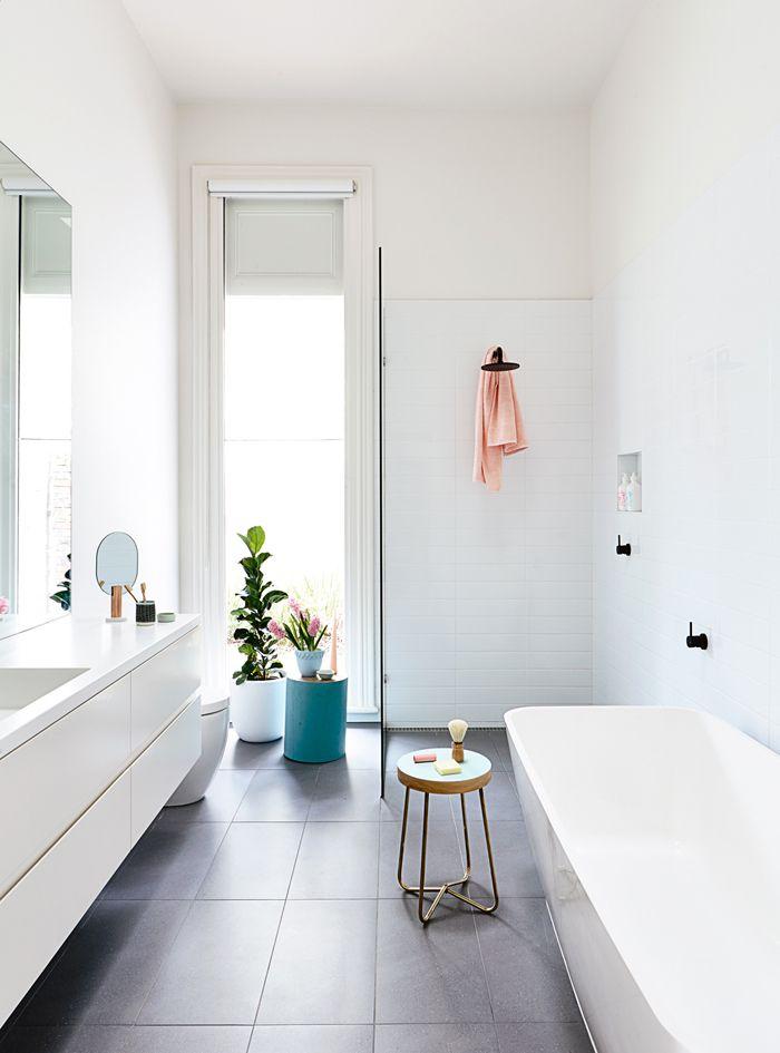 pomocnik łazienkowy z akcesoriami do golenia stojący koło wanny