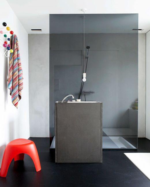 Kolorowy łazienkowy pomocnik nadaje uroku surowej łazience