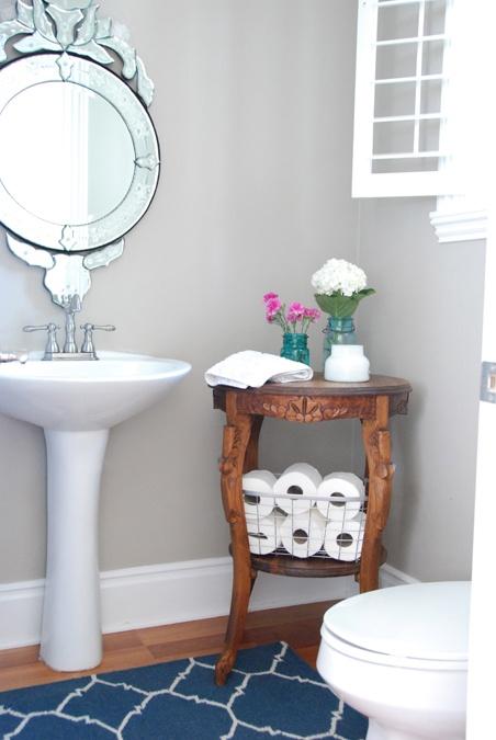 pomocnik łazienkowy w formie pięknego rzeźbionego drewnianego stolika