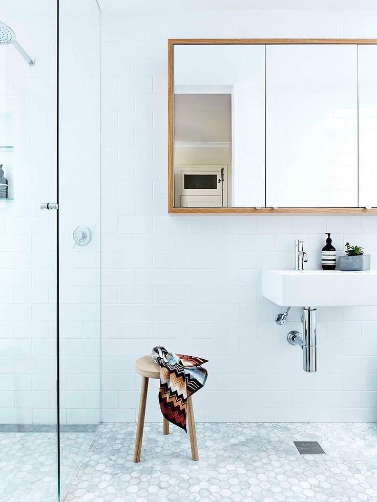 Przestronna łazienka z nowoczesnym taboretem wykorzystywanym jako pomocnik łazienkowy