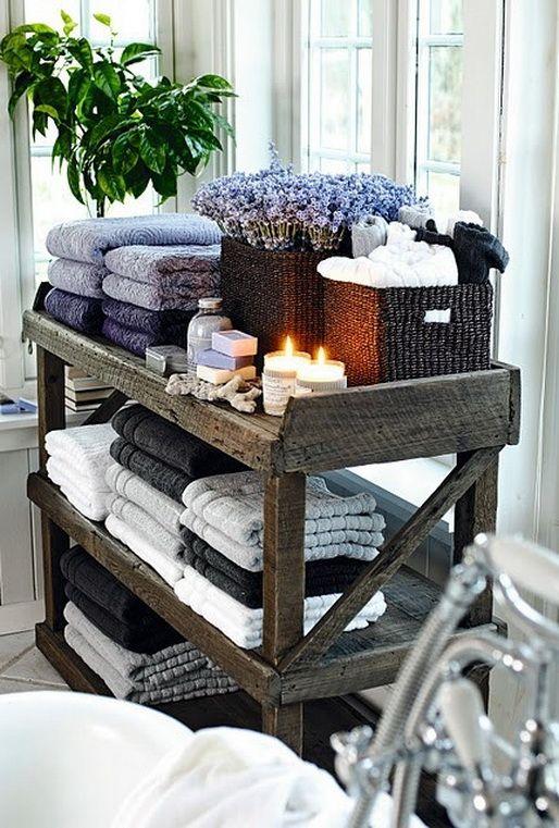 mały drewniany pomocnik łazienkowy z miejscem na ręczniki kosmetyki i świeczki