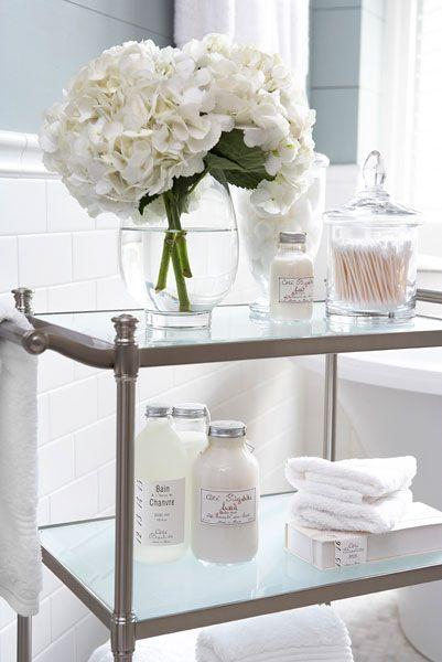 pomocnik łazienkowy na kółkach ze szklanymi półkami nadaje lekkości