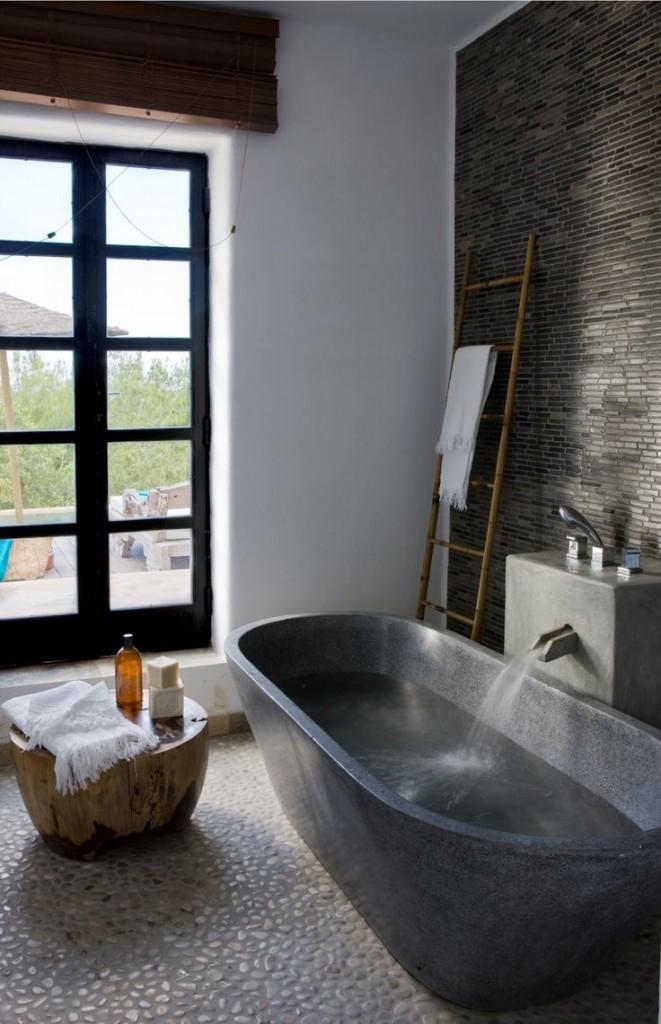 łazienka z wanną wolno stojącą gdzie pomocnikiem łazienkowym jest pieniek