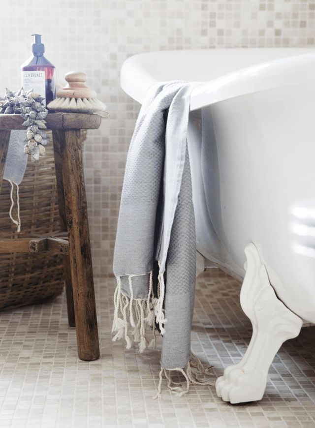 Taboret drewniany jako pomocnik łazienkowy w stylu vintage