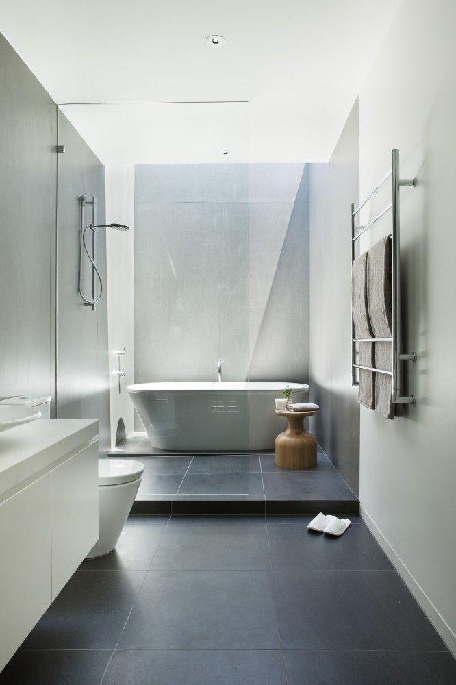 łazienka, w której pomocnik łazienkowy o nietypowym kształcie jest główną ozdobą