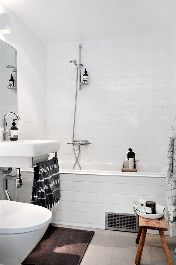 Mały pomocnik łazienkowy w małej białej łazience