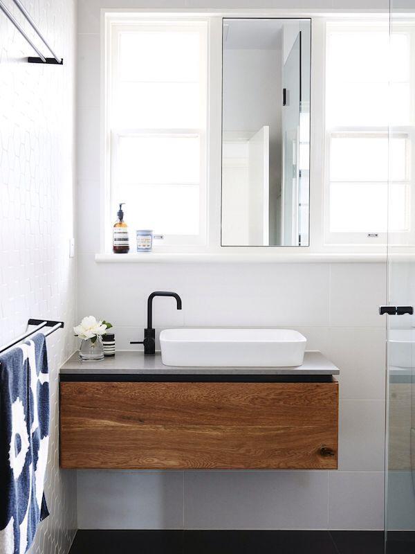 pełna światła łazienka z dwoma loknami