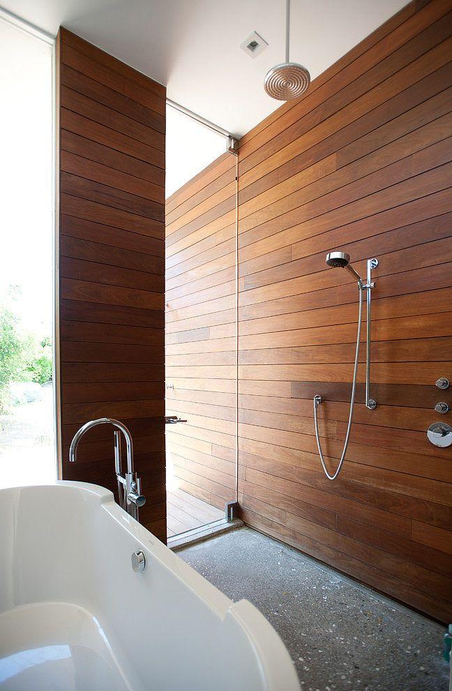 łazienka w drewnie z oknem