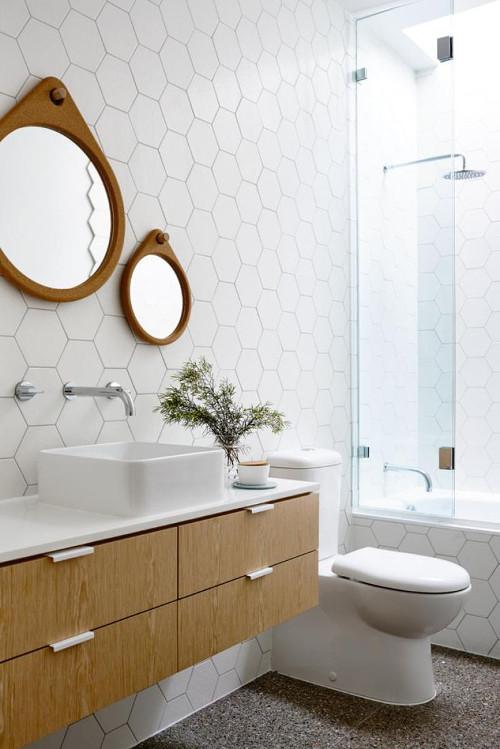 aranżacje łazienki, okrągłe lustra na tle płytek w kształcie plastra miodu