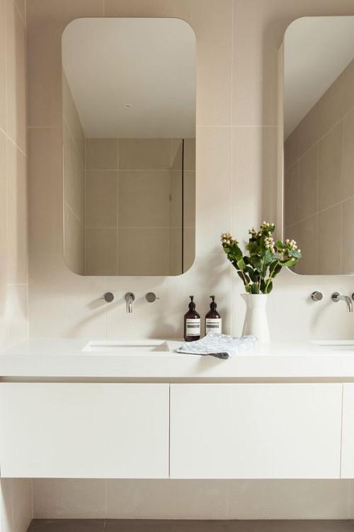 aranżacje łazienki, prostota i minimalizm luster uzupełnione bateriami umieszczonymi w ścianie.