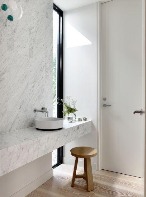 podłużne okno w łazience częścią aranżacji