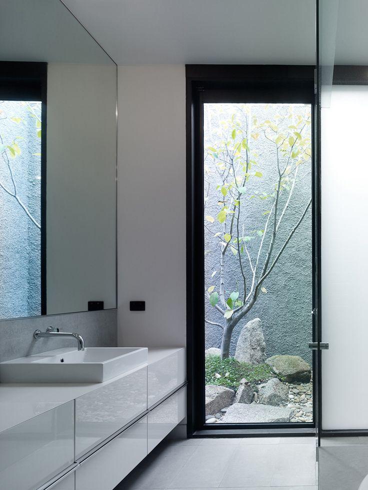 łazienka z oknem na ogródek
