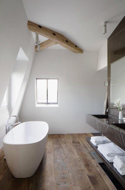 łazienka w oknami na poddaszu
