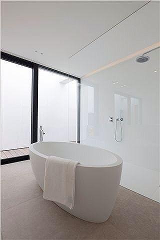 nowoczesna łazienka ze szklaną ścianą