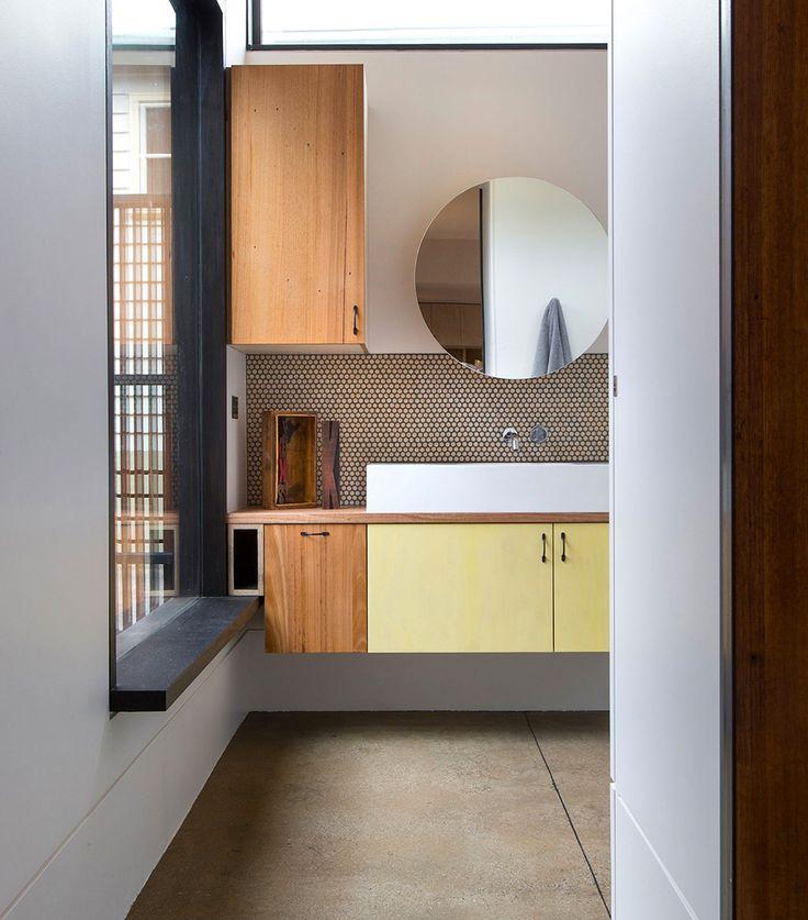łazienka w drewnie z dużymi oknami