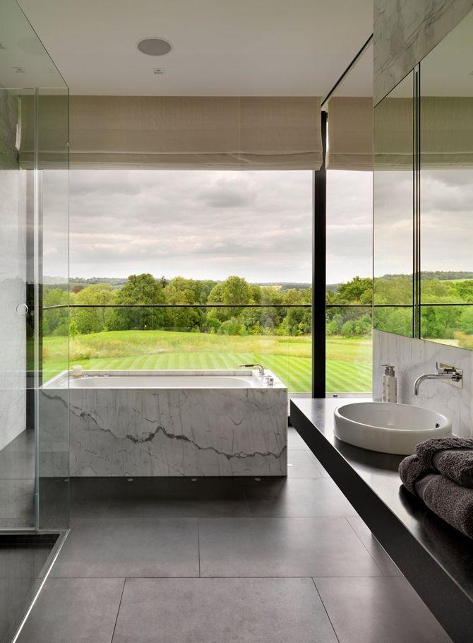 łazienka z oknem z widokiem na piękny krajobraz