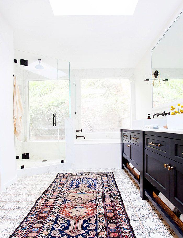 łazienka z oknem przepełniona światłem