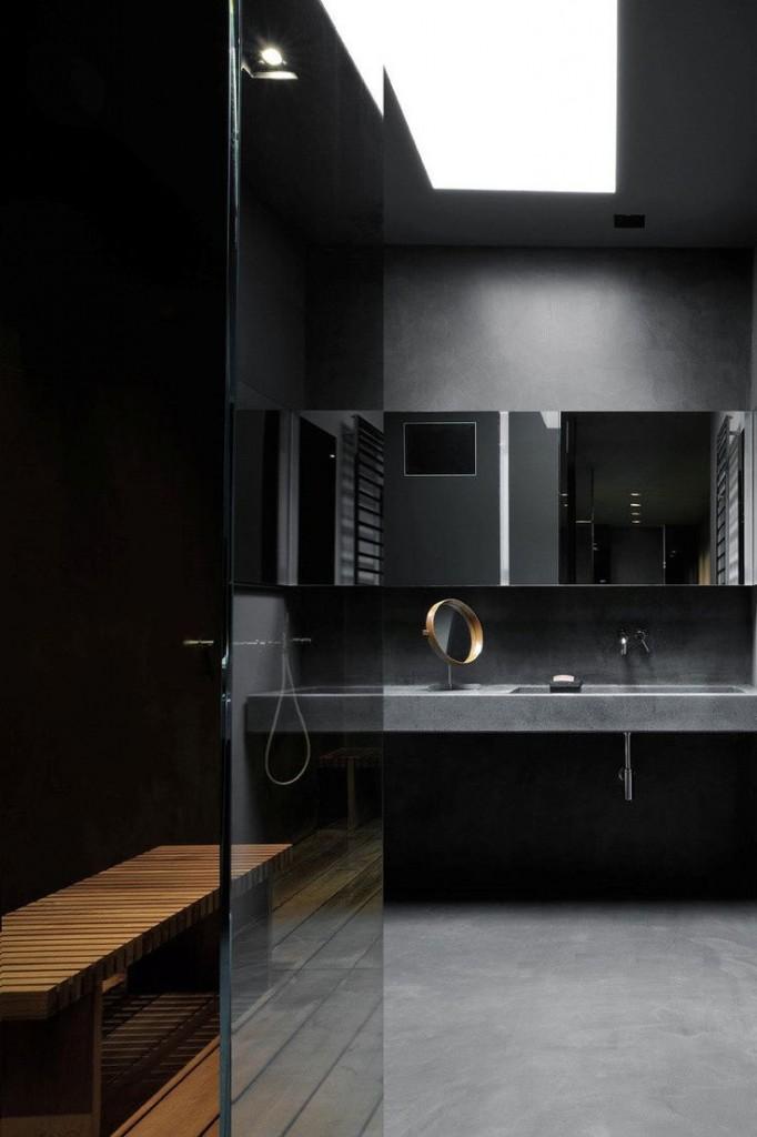 Łazienka w grafitowej aranżacji z świetlikiem