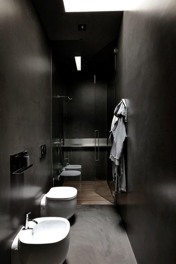 świetlik w wąskiej ciemnej łazience