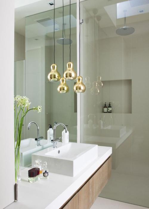 aranżacje łazienki - biała łazienka wykończona ciepłym drewnem i złotym oświetleniem