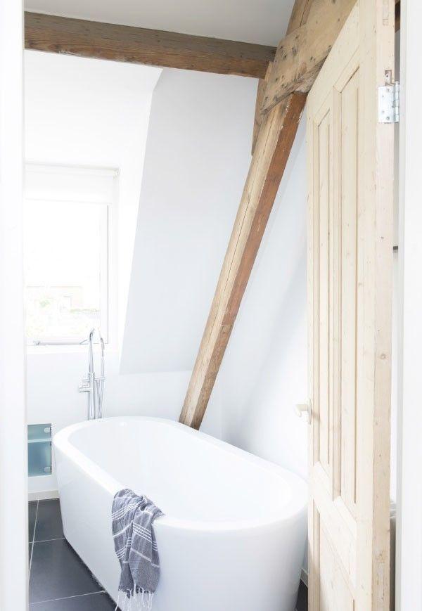 łazienka z oknem przy skosach