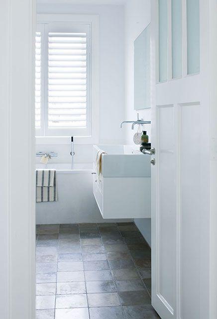 biała łazienka z oknem