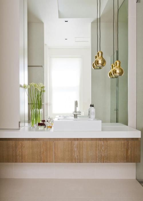 aranżacje łazienki, lustro na przeciwko okna dodatkowo rozjaśnia przestrzeń.