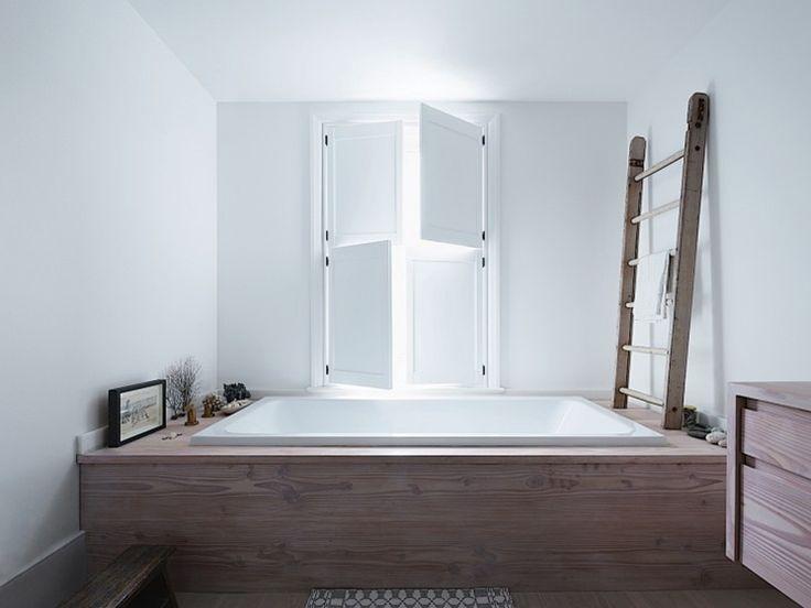 okno w łazience z okiennicami wewnętrznymi