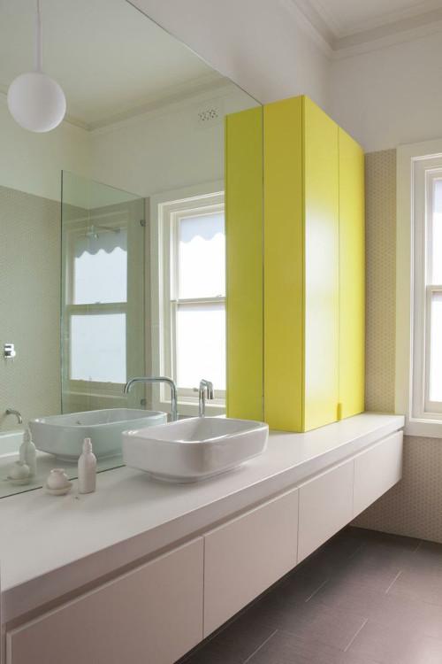 aranżacje łazienki Żółta szafka nadaje łazience słoneczny akcent