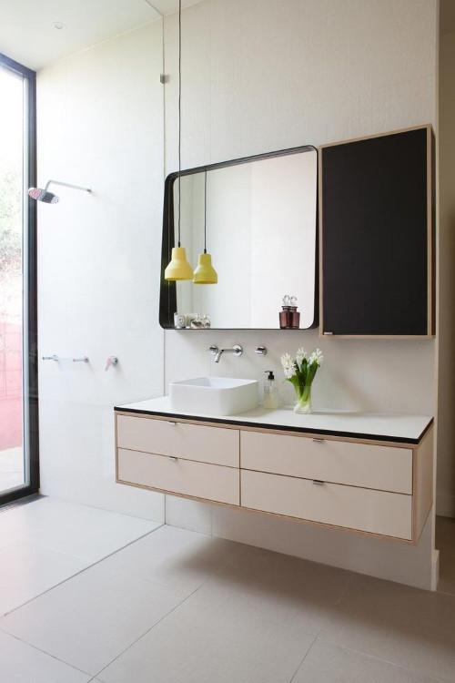 aranżacje łazienki, mocny akcent w postaci ramy lustra jednocześnie zastępuje półkę.