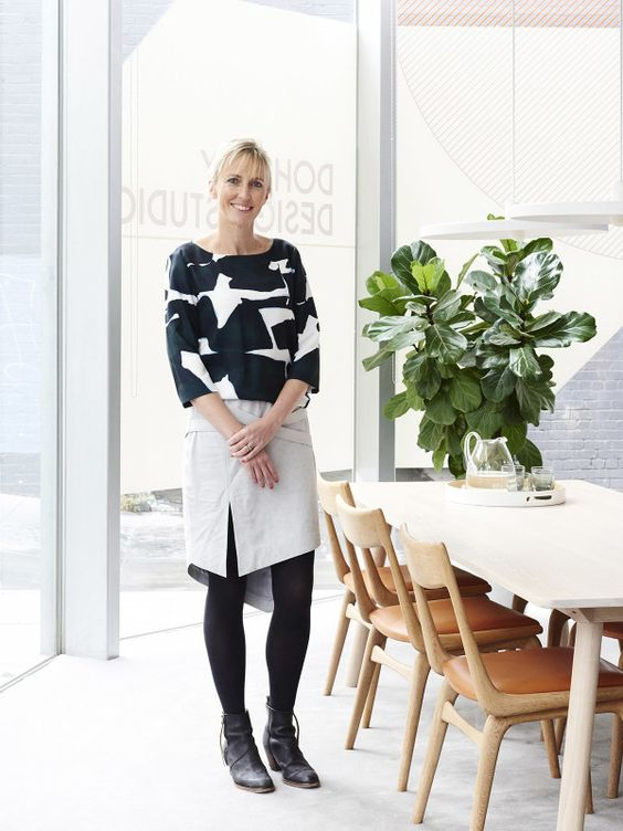 projektantka wnętrz Mardi Doherty stoi koło stołu z krzesłami