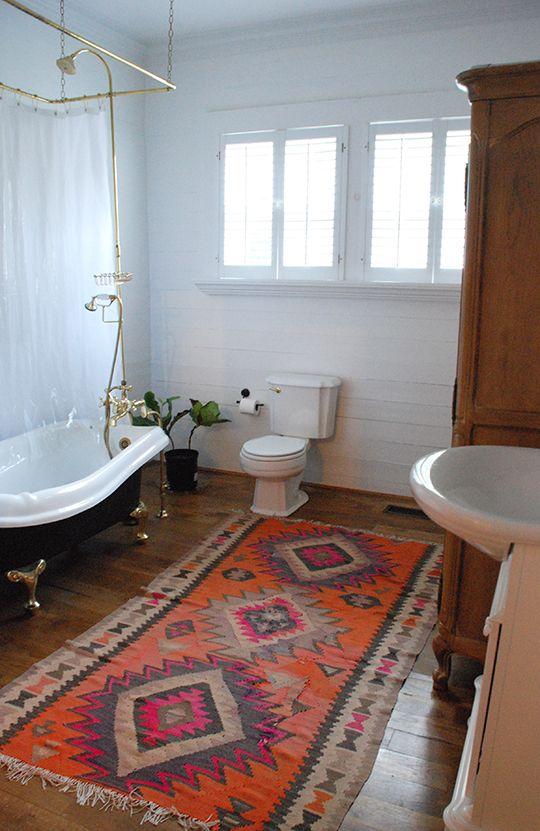 dywan do łazienki w stylizowanej łazience w mocnych kolorach na drewnianej podłodze