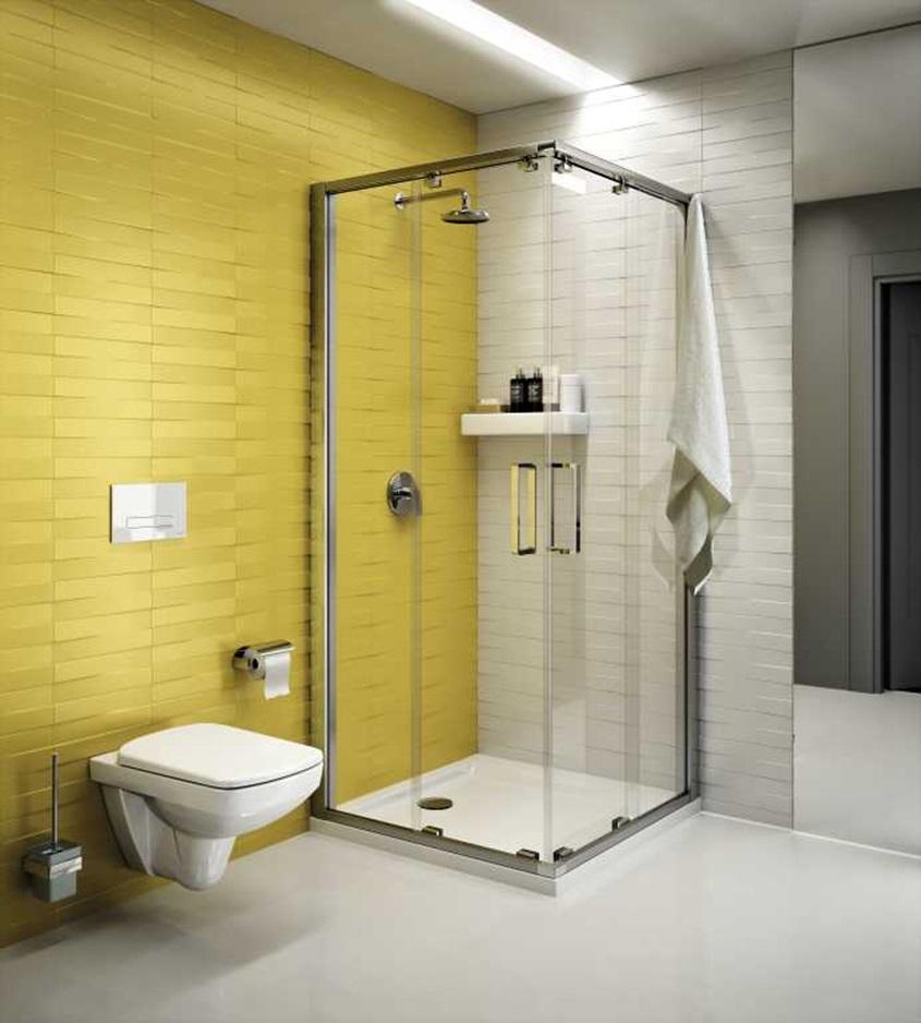 Kabina prysznicowa w biało żółtej aranżacji z nowoczesną podwieszaną miską ustępową