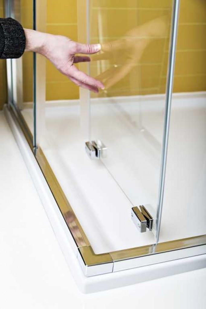 Kabina prysznicowa z magnetycznymi zawieszkami w dolnej części