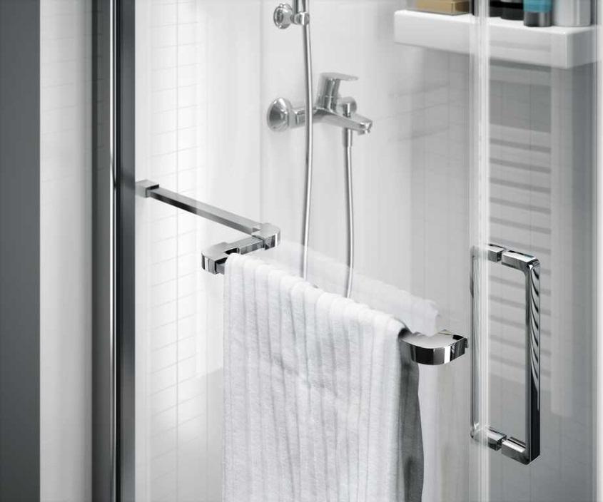 Kabina prysznicowa z zamontowanym relingiem na ręcznik