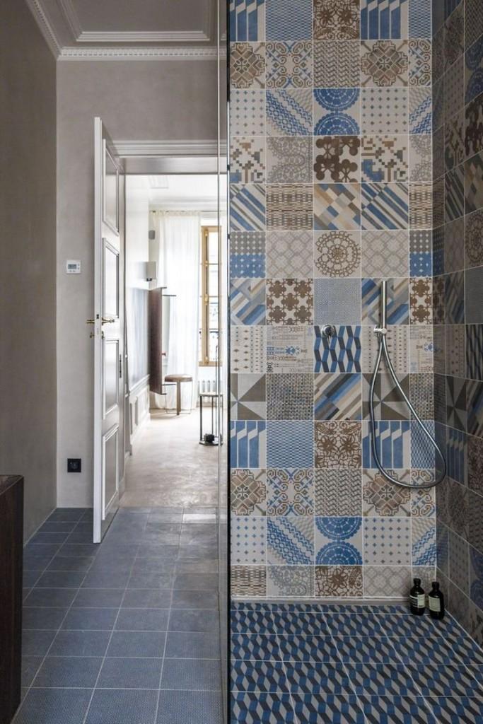 prysznic wyłożony niebiesko brązowymi płytkami łazienkowymi