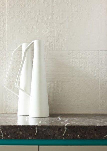 ciepła wnętrzu nadają dekoracyjne mleczne płytki łazienkowe