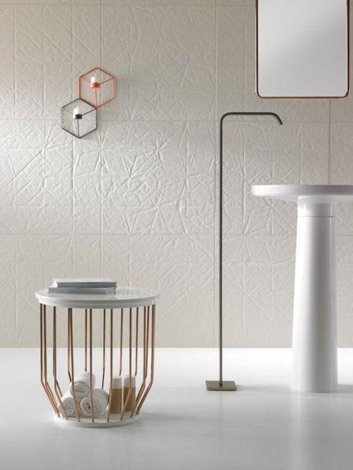 niebanalna faktura płytek nadaje ciepły klimat nowoczesnej łazienki